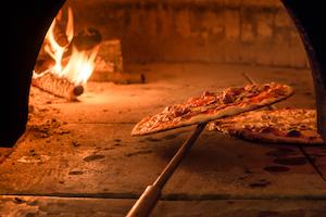 Ziegelofen mit Pizza